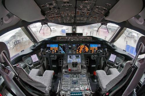 Boeing_787-8_N787BA_cockpit