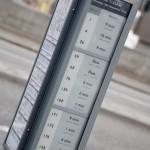 Londono autobusų stotelėje  bandomasis ekranas su e-popieriumi