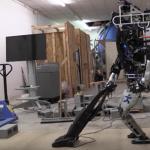 Atlas robotas atlieka namų ruošos darbus